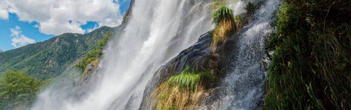 Lo spettacolo naturale e affascinante del salto d'acqua in Val Chiavenna