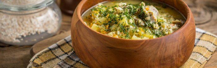 Una buona zuppa d'orzo calda è perfetta per riscaldarsi nelle fredde sere autunnali e invernali.