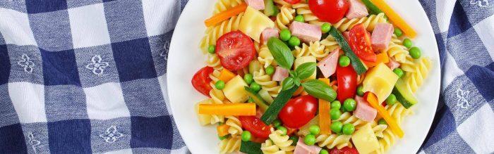 Un piatto di pasta fredda è il pranzo ideale per rigenerarsi nelle calde giornate estive