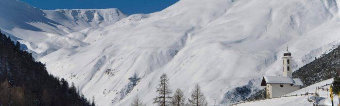In Val Federia a passeggiare con ciaspole in mezzo alla natura innevata