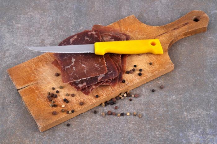 Carne secca dei Grigioni essiccata a confronto con la Bresaola valtellinese