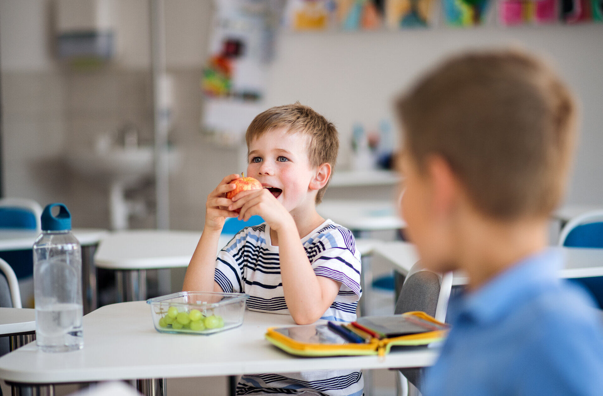 Alimentazione a scuola all'intervallo con cibo salutare